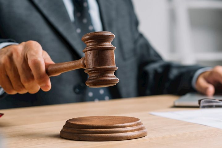 Foto de um juiz com seu martelo.
