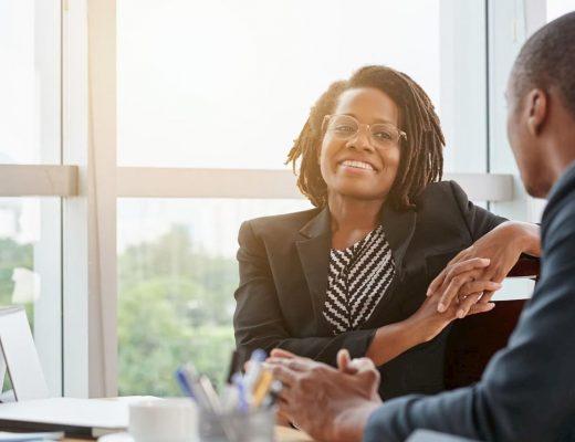 Dois empresários negros falando sobre a abertura de empresa.