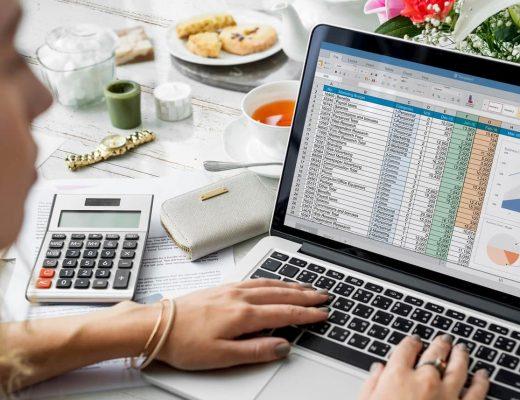 Mulher empresária olhando a tela de seu notebook. Olhando uma planilha.