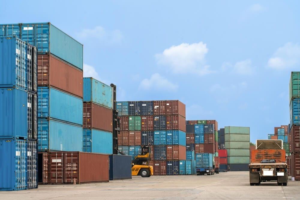 Fotos de vários containers em um porto.