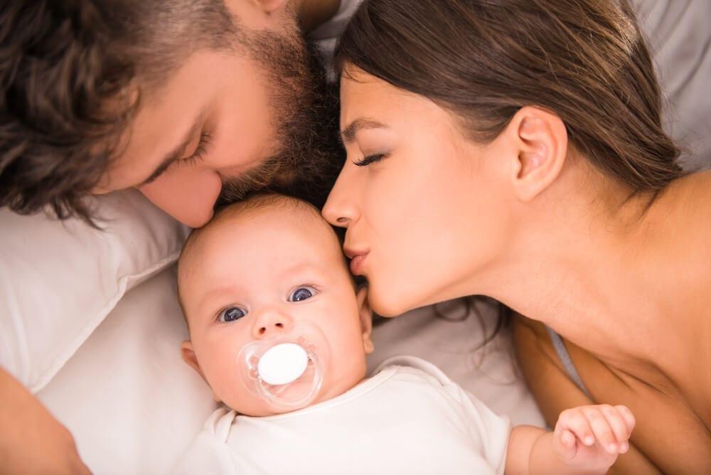 Pais beijando seu filho recém nascido
