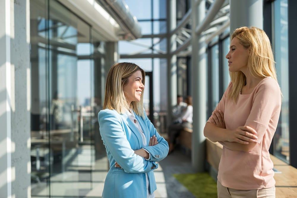 Duas mulheres empresários conversando.