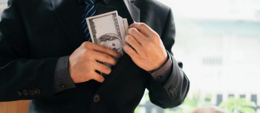 Pessoa colocando dinheiro no bolso no palheto