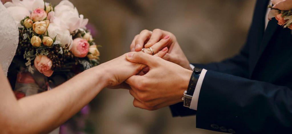 Duas pessoas se casando