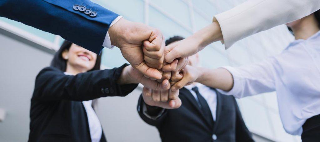 Um grupo de pessoas de mãos dadas
