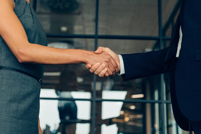 Dois empresários apertando as mãos