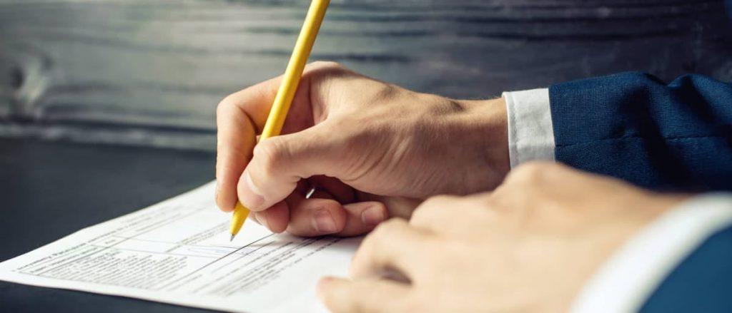 Pessoa assinando um documento