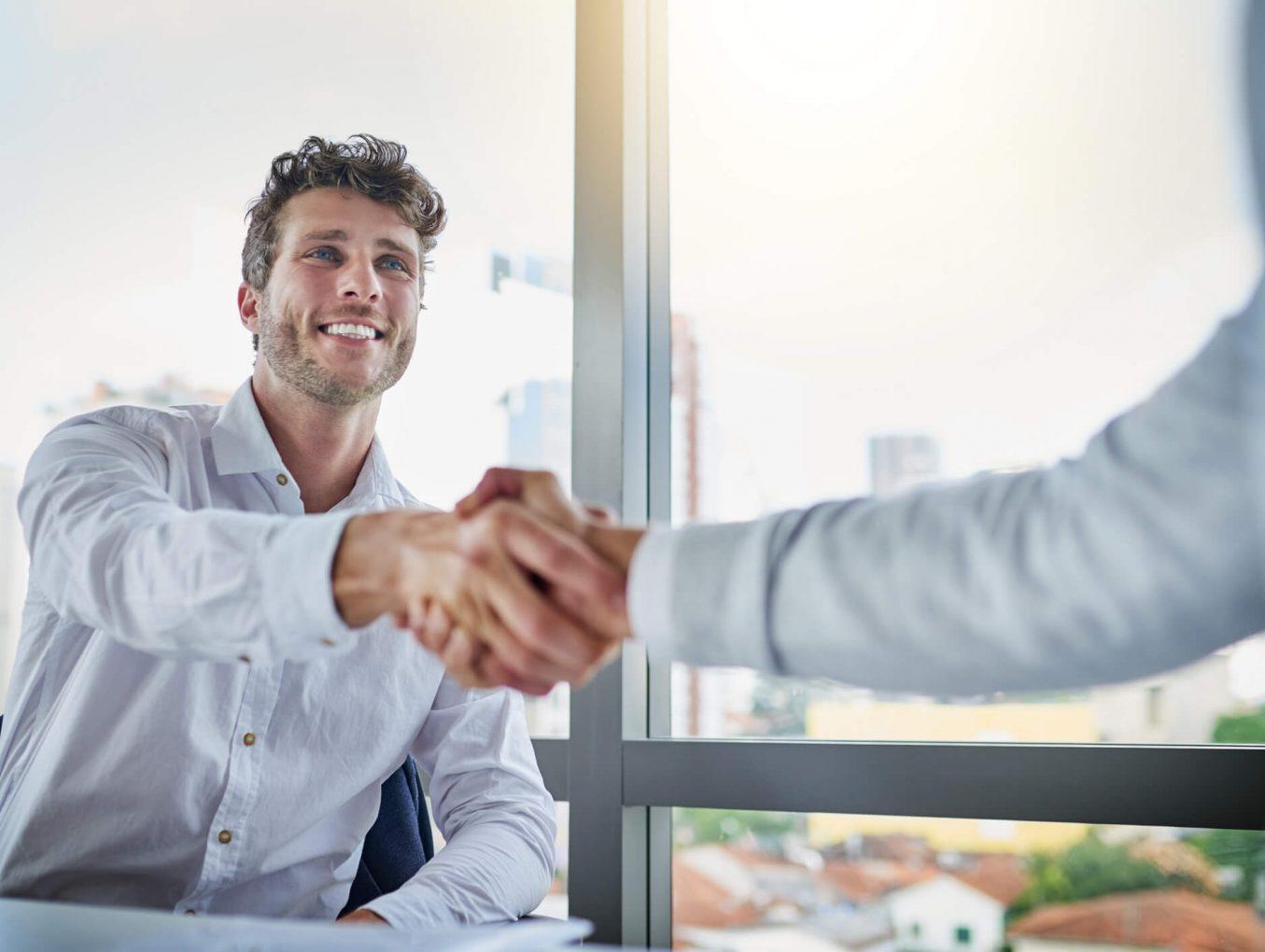 Duas pessoas apertando as mãos simbolizando um negócio fechado