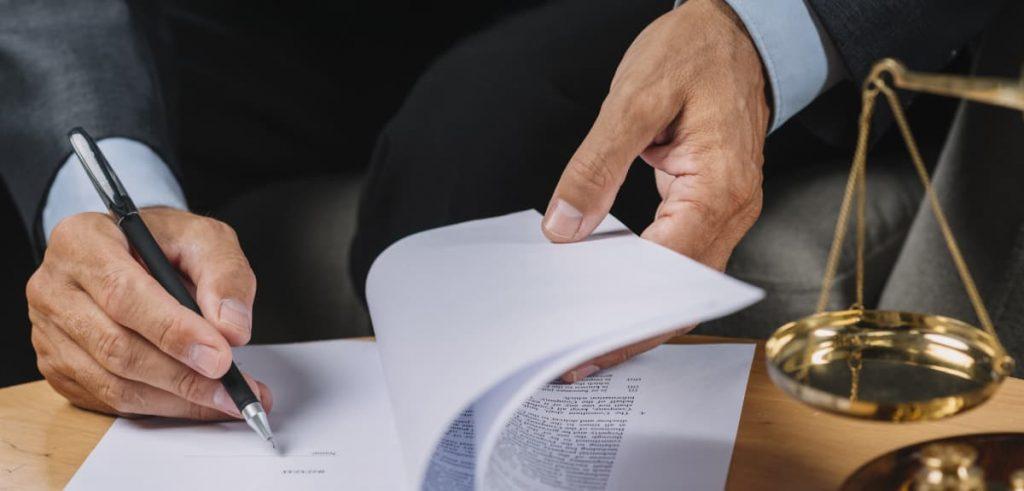 Advogado assinando algum papel.