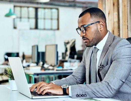 Homem negro empresário procurando no Google sobre os canais de parametrização.