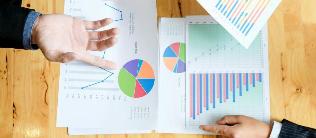 Dois empresários analisando dados no marketing jurídico.