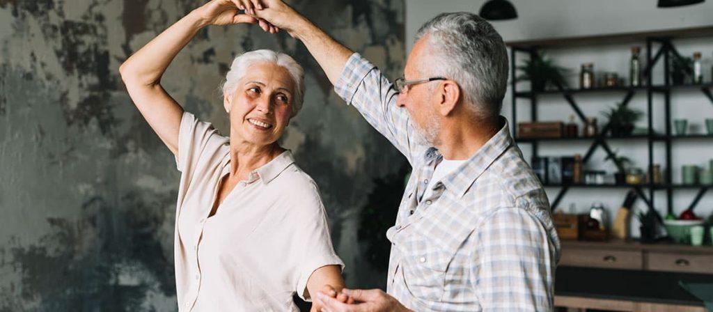 Dois aposentados dançando. É preciso entender as mudanças proposta na reforma da previdência.