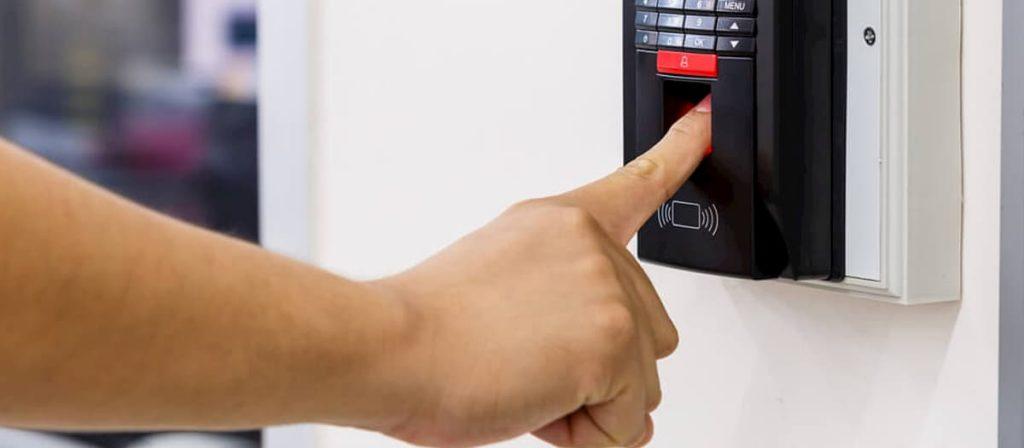 Pessoa batendo o ponto usando a digital. Um controle de ponto eficiente evita processos trabalhistas.