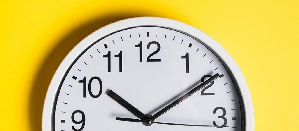 Foto de um relógio.