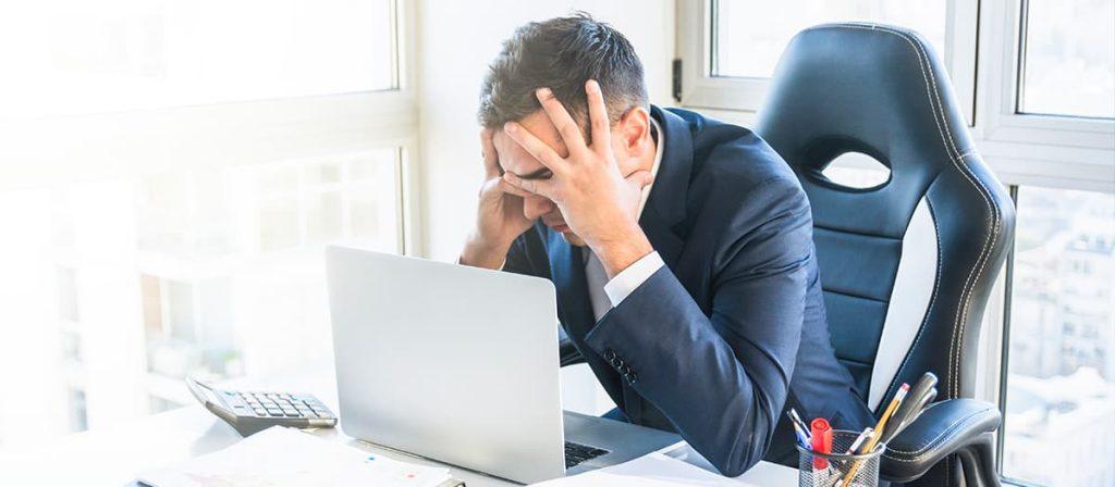 Homem com raiva no trabalho.