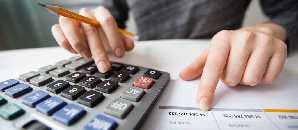Pessoa usando a calculadora.