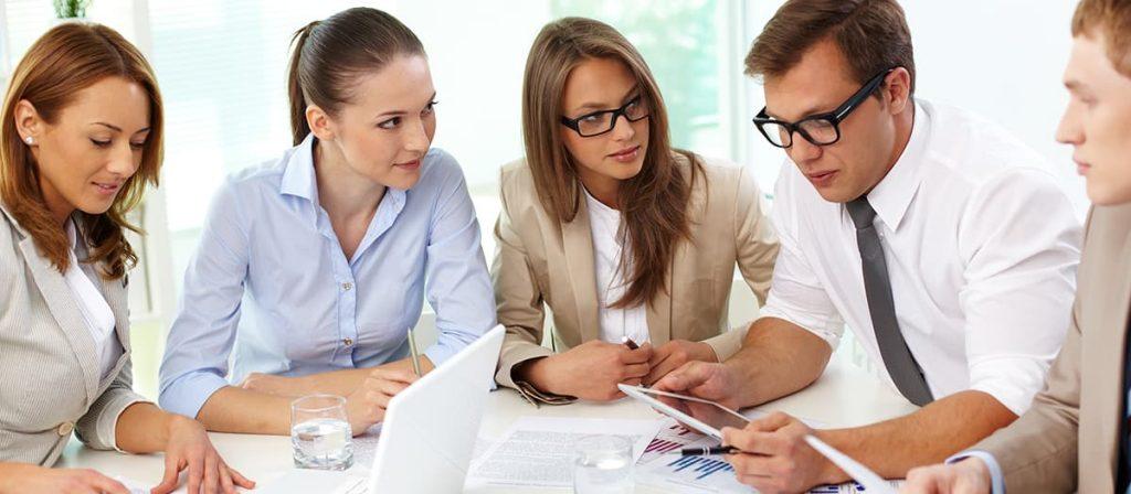 Cinco pessoas em uma reunião
