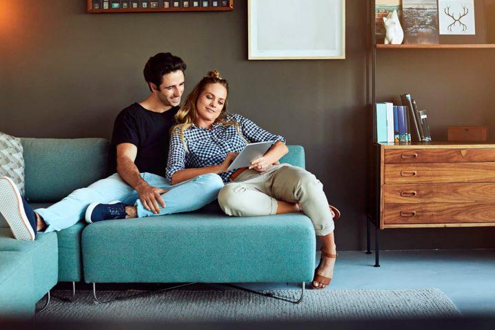 Um casal desfrutando momentos de lazer em frente a um notebook.