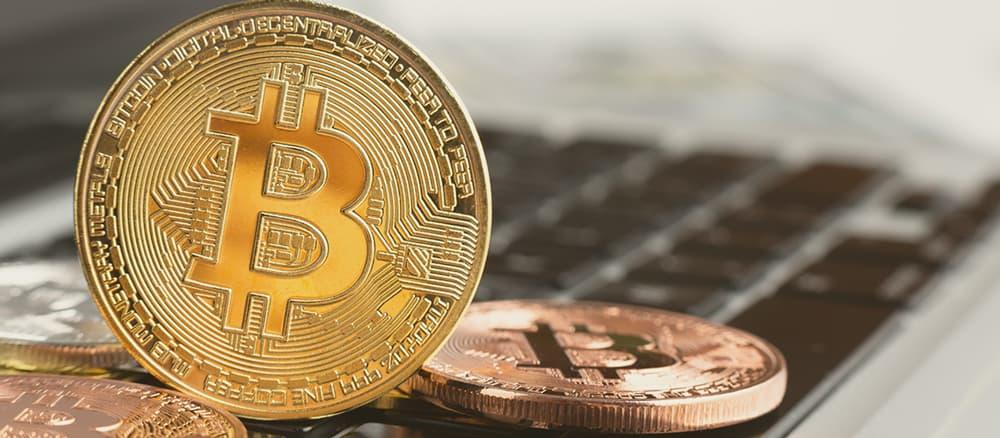 Uma moeda de bitcoin física. É difícil fazer a tributação na era digital.