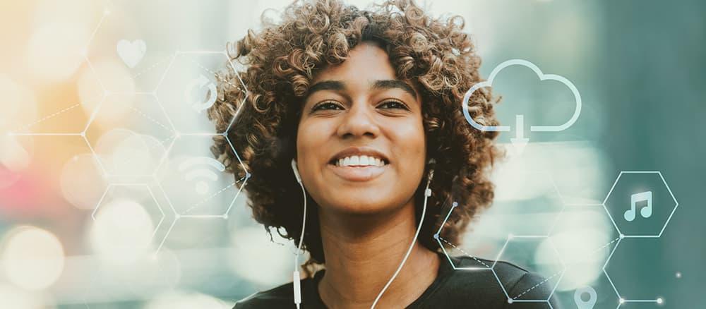 Pessoa sorrindo enquanto ouve música.