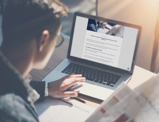 Homem olhando o blog da Miró Neto pelo notebook.