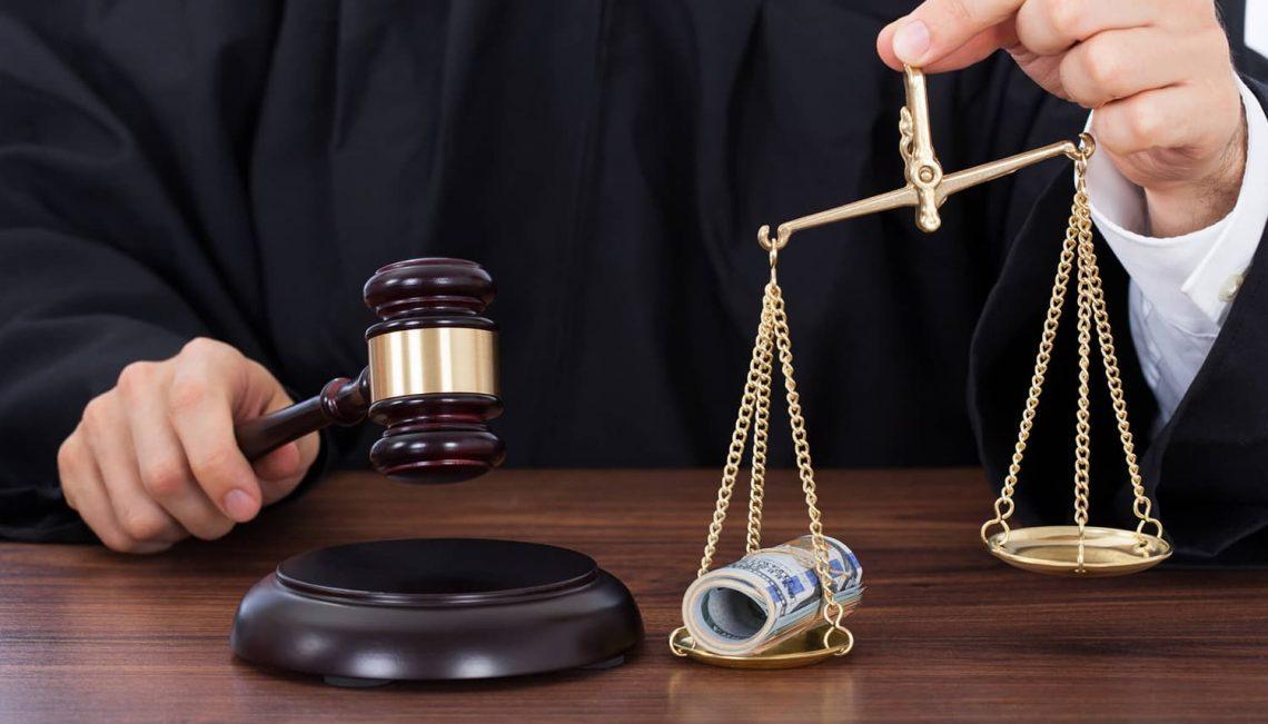 Martelo e acessorios de um advogado.