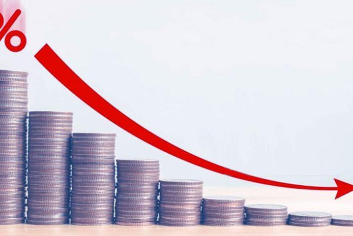 Gráfico com moedas mostrando a queda de faturamento da empresa.