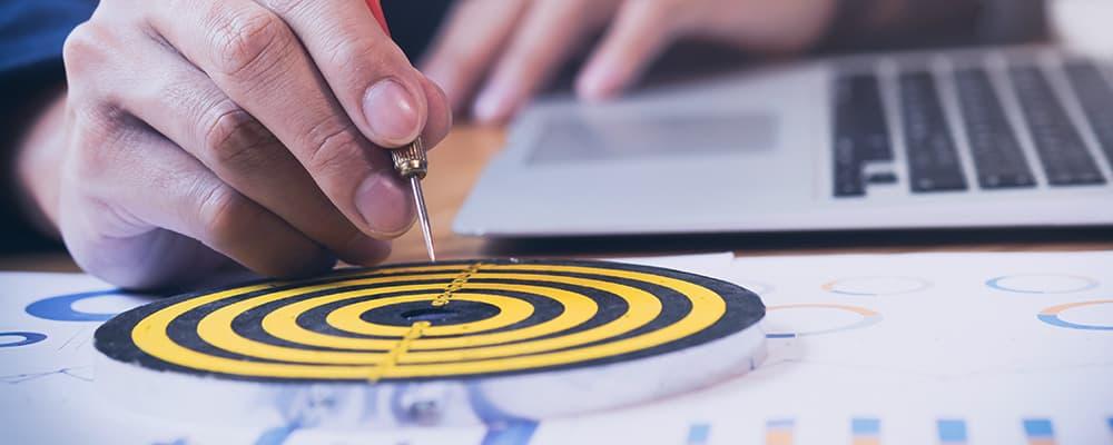 Uma pessoa jogando um dardo. Simbolizando acerta o planejamento.