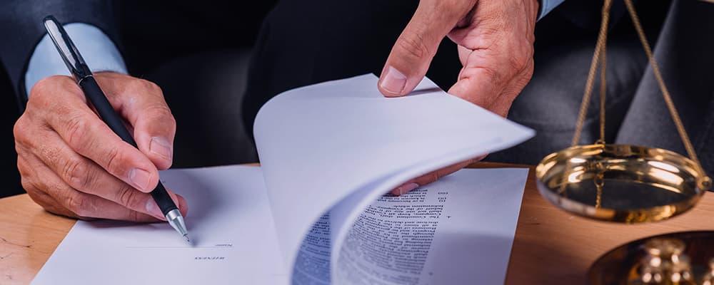 Doto de um advogado lendo sobre o processo de despejo.