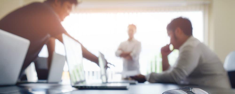 3 Pessoas em uma mesa conversando sobre Compliance trabalhista.