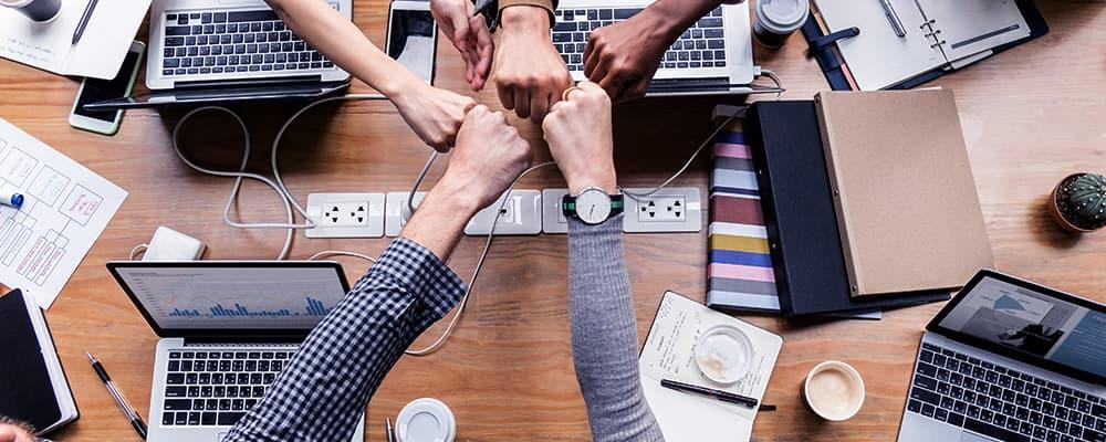 5 Pessoas em uma mesa conversando sobre Compliance trabalhista.