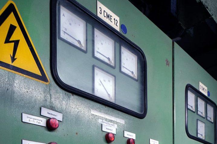 Uma unidade de comando de energia elétrica industrial.