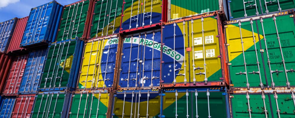 Foto de contêineres em um porto no Brasil.