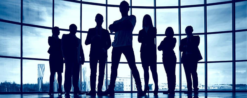 Fotos de 6 pessoas com os braços cruzados.