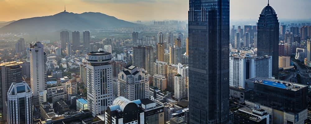 Foto de uma cidade vista de cima.